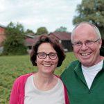 Susanne und Wolfgang Offenbeck vor ihrem Hof